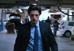 黒いスーツを着た男メイン