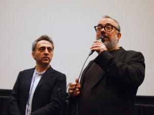 映画祭おなじみのプログラミング・ディレクター、アルベルト・カレロ・ルゴ氏(左)とともにQ&Aに登壇したアレックス・デ・ラ・イグレシア監督