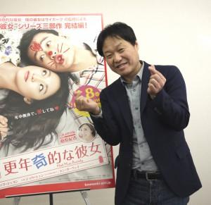 韓国で流行の「指ハート」ポーズで
